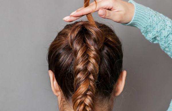 觉得普通的马尾太过单调?喜欢编发的朋友们不妨这样做,在马尾的基础上编个鱼骨辫,看上精致又美丽,快来学习一下吧~ 编发步骤1:先用橡皮筋将头发扎发成高马尾,头顶的头发可以打造的蓬松一些,更加自然随意。  编发步骤2:编辫子前显取一撮头发并把它夹在一侧(最后会用到),然后把头发分成两边,开始编鱼骨辫。(bjrsgj-hd)  编发步骤3:从靠耳朵的两边各分一撮,最外的两股叠在最里的两股上,并在中间交叉,再和原来的两股汇合,如此反复操作即可,一直编到最后用橡皮筋固定好。  编发步骤4:最后,用之前保留的一撮头发