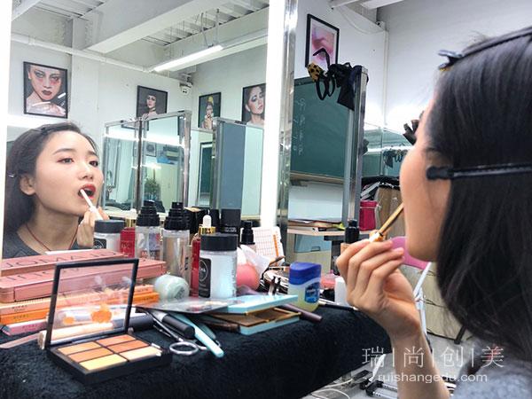 转行学化妆是自学?还是选择去化妆培训学校