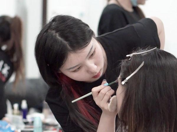 别人家的00后还在上学,我在化妆培训班期间已经月薪过万