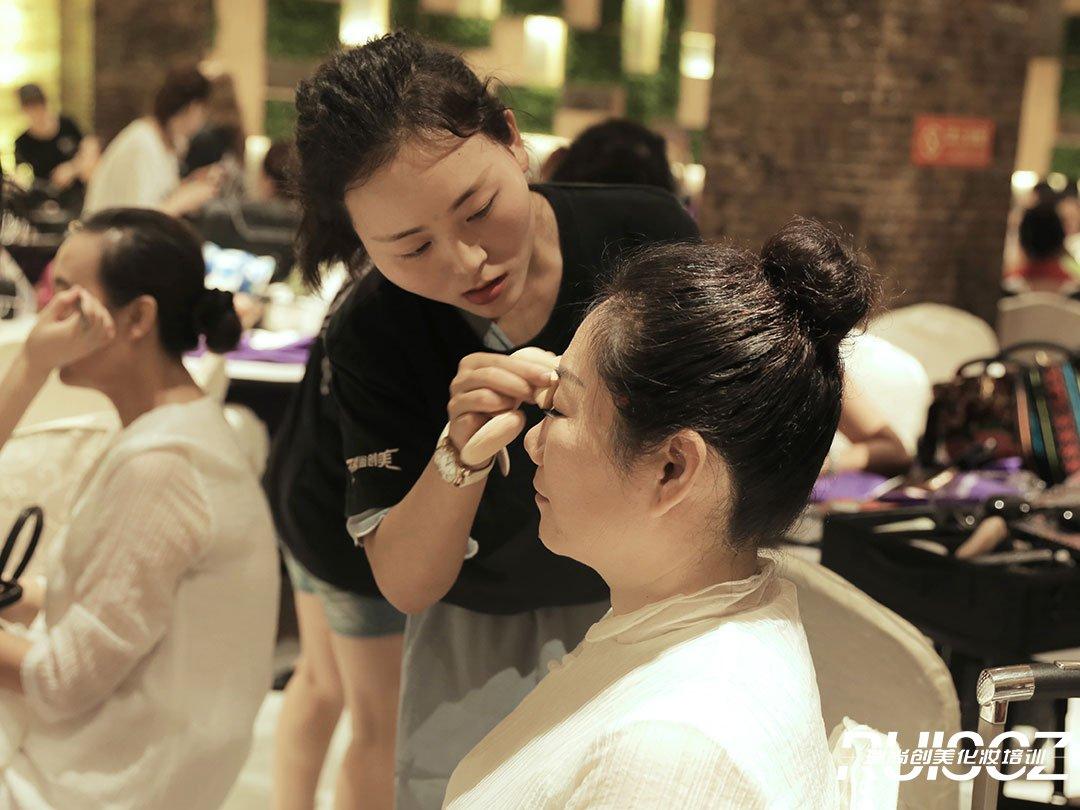 为什么越来越多的毕业生选择化妆培训学校?